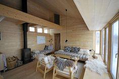 PLASSBYGGET. Alle møbler har sivilarkitekt Margrethe Rosenlund og mannen tegnet på stedet. Exterior Design, Interior And Exterior, Cozy Cabin, Tiny House, Cottage, Bed, Cabins, Furniture, House Ideas