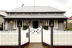 Victorian picket fence with inset wooden gate - Modern Front Yard Fence, Front Gates, Fence Gate, Victorian Cottage, Victorian Homes, Picket Gate, Picket Fences, Wooden Gates, Modern Fence