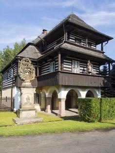 Patrový dům, kdysi kovárna, vybudovaný Ignácem Pawelem, je jedním z nejzachovalejších dokladů roubené architektury v Podkrkonoší. Pozoruhodná je zejména dvojitá pavlač nesená na kamenných sloupech. Dům stojí v centru hajnice, dřívější Brusnici.