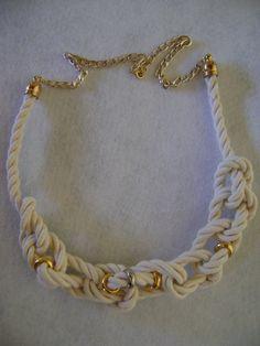 Colar em cordão de godão com correntes