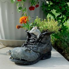 What Can We Do with Old Shoes? Please do not throw away old shoes. You can recycle the old shoes to Decorate Gardens And Outdoor Rooms. Recycled Shoes, Old Boots, Garden Whimsy, Decorated Shoes, Garden Pots, Garden Ideas, Garden Spaces, Succulents Garden, Different Flowers