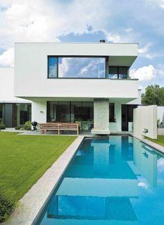 Terrassen und Freisitze bieten unterschiedliche Atmosphären, am Pool gibt es dazu einen Aussenkamin | Design Associates ©Bärbel Büchner, Starnberg