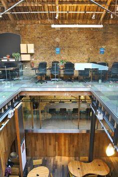 Mooie doorkijk beleving verschillende etages - Impact Hub Coworking Space Reflects Their Social Values