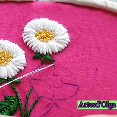 How to Embroider Margaritas in Rococo Stitch-Cómo Bordar Margaritas en Puntada Rococó In this video I show you how to embroider daisies in rococo stitch. Diy Embroidery Patterns, Basic Embroidery Stitches, Hand Embroidery Videos, Embroidery Stitches Tutorial, Embroidery Flowers Pattern, Flower Embroidery Designs, Creative Embroidery, Simple Embroidery, Learn Embroidery
