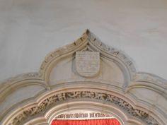 Iglesia de los Santos Justo y Pastor. Capilla de Juan Guas. Escudo Heráldico sobre entrada. Guas vivió en el Barrio de San Miguel.
