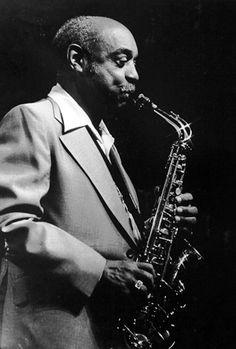 Benny Carter fue un músico estadounidense de jazz, clarinetista, saxofonista alto, trompetista, compositor, arreglista y director de big band que nació el 8 de agosto de 1907. Músico polifacético, dotado de una gran técnica y dominador de varios instrumentos, ya fue en la época del swing un extraordinario arreglista y compositor.