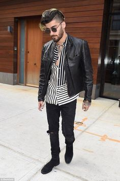 Gigi Hadid Hangs Out With Boyfriend Zayn Malik & Sister Bella: Photo Gigi Hadid is getting in lots of time with her boyfriend and sister today! The model was seen heading into an office building - camera in hand - with Bella Hadid… Estilo Zayn Malik, Zayn Malik Style, Fashion Moda, Mens Fashion, Fashion Trends, Zany Malik, Outfit Invierno, Hommes Sexy, Fashion Night