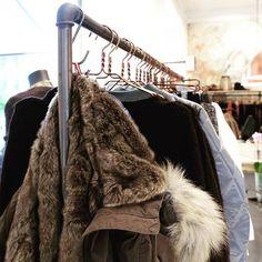 A clothing rack in iron is a cool place to hang up your autumm jacket 💨 #clothingrack #tøjstativ #rackbuddyringo #pipedesign #blackiron #storedesign #frederiksberg #klesstativ #kleiderstange #autummiscoming #interiordesign #furjacket #nomesscph #misscorner #interior #wardrobe #stativ