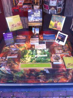 presentatie van natuurboeken in een boekenwinkel, ligt mooi bij elkaar en ziet er interessant uit, hierdoor wil je graag de winkel binnenlopen