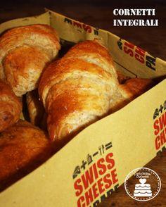 Croissant e fagottini integrali salati con besciamella al Gruyère e mandorle