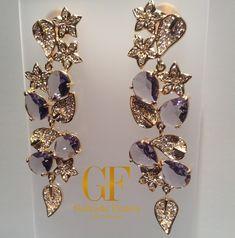 Brinco longo/comprido flores/floral com pedras lilás e cravejado com zircônias brancas. Ouro folheado 18k.