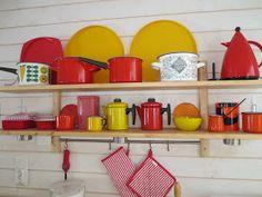 Muonamiehen mökki - takkahuoneen emaliastiat Summer Cabins, Finland, Cottage, Retro, Enamel, Interior, Dreams, House, Kitchen