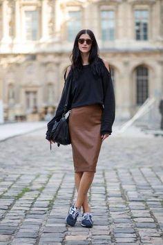Paris Street Style Spring 2015 - Best Street Style Paris Fashion Week - Harper's BAZAAR Look at that leather skirt! Fashion Me Now, Fashion Week, Look Fashion, Fashion Outfits, Womens Fashion, Paris Fashion, Fashion Bloggers, Casual Outfits, Fall Fashion