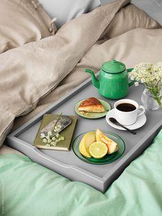 Kaffe på sängen med MARYD brickbord, LINBLOMMA påslakan i linne, SÖMNIG örngott, DITTE metervara här färgat i grönt, IKEA 365+ kaffekopp, IKEA PS 2014 skål.