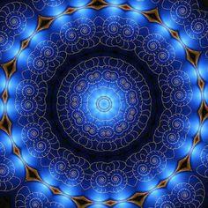 Heel even in de stilte in het diepste van het zijn geen warmte, geen kilte enkel het ik en mijn Kleurloos en onbevangen zonder visuele perceptie vrij van hunkering en verlangen volledig in harmonie Ontdekken en hervinden in dit unieke bestaan opnieuw met jezelf verbinden vervolgens van het ego ontdaan. by Daan2011