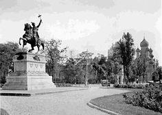 Scuarul statuii lui Mihai Viteazul înconjurat de un mic parc. 3 Mai, Bucharest Romania, Time Travel, Budapest, Old Photos, Statue Of Liberty, The Past, Memories, Places