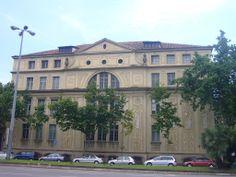 El grup escolar Ramon Llull, de l'arquitecte noucentista Josep Goday i Casals (1882-1936), es troba a la confluència del carrer Aragó i l'Avinguda Diagonal de Barcelona. D'estil característicament neoclàssic, aquest edifici forma part d'un programa més ampli de construcció d'escoles a Barcelona, que il·lustra de forma eloqüent el projecte civilitzador, reformista i modernitzador del Noucentisme.