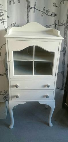 Vintage cabinet upcycled using Old White Chalkpaint™ and clear wax. Vintage Cabinet, Display Cabinets, Nightstand, Upcycle, Wax, Glass, Table, Furniture, Home Decor