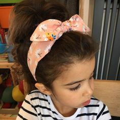 Looking for cool everyday hairstyles for girls? What about a top knot? There can be many variations to the look that you can try and here we have listed the best of them. Baby Girl Haircuts, Haircuts With Bangs, Cool Haircuts, Cool Hairstyles For Girls, Everyday Hairstyles, Messy Hairstyles, Top Knot, Knot Bun, Low Maintenance Haircut