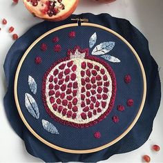 Next to figs I think pomegranates are my fave. This stunning stitchery piece by @oilikki stopped me in my scrolling tracks!! #awesomeartist #pomegranatelove