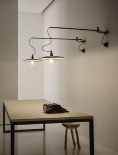 MERIDIANA - Wall lamp with arm movable horizontally for It always remains parallel to the floor. It's available in antique brass or matt black finishes. Interior Lighting, Home Lighting, Track Lighting, Aldo, Industrial Chic Style, Wall Lights, Ceiling Lights, Italian Home, Applique