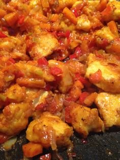 Souvent les escalopes de poulet ça se termine en émincé avec de la crème et des champignons… Mais là je vais vous présenter une recette colorée, pleine de saveurs et avec un poulet ultra moel…