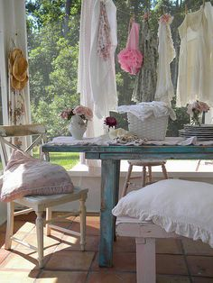 Fabulous Cool Tips: Shabby Chic Chairs Ceilings shabby chic bedding rag quilt.Shabby Chic Home Colors. Tables Shabby Chic, Shabby Chic Veranda, Shabby Chic Porch, Shabby Chic Interiors, Shabby Chic Living Room, Shabby Chic Furniture, Vintage Interiors, Cottage Shabby Chic, Shabby Chic Mode