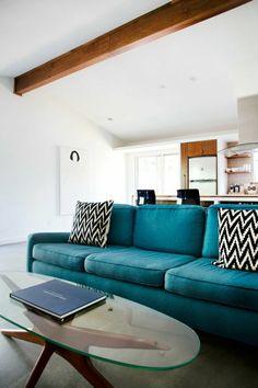 moderne sofas wohnzimmer einrichten hocker runder wandspiegel
