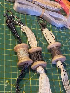 Sencillos y divertidos estos colgantes para el bolso o neceser o para las llaves. Necesitamos 30-35 cm de una bonita cinta, la que q... Wooden Spool Crafts, Wood Spool, Cotton Reel Craft, Sewing Room Decor, Easy Fall Crafts, Diy Keychain, Keychains, Thread Spools, Cheap Gifts