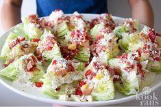 Wat heb je nodig voor deze heerlijke salade: Ijsbergsla Blauwe kaas Tomaten/ snoeptomaten Spekjes Bieslook 2/3 kop mayonaise...