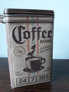Dit blik is een echte aanwinst om je keuken mee te decoreren. En de koffie blijft ook nog eens lekker lang vers in dit mooie blik. Coffee Beans, Kitchen Decor, Retro, Om, Retro Illustration