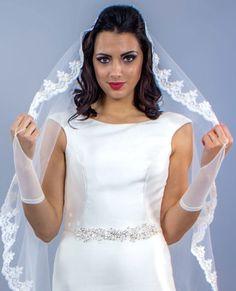 Vrei sa iti pui in valoare mainile la nunta si sa le acoperi cu niste accesorii elegante, cu design minimalist? Manusile de mireasa scurte cu un singur deget, numite si mitene sunt perfecte pentru tine. Acestea au design simplu, fara model si se leaga in jurul degetului mijlociu cu un sirag de margele. Mitenele sunt preferate de catre miresele care vor sa lase la vedere manichiura. Acestea vin pana la incheietura mainii. Manusile scurte cu un singur deget din imagine sunt realizate din tulle fin One Shoulder Wedding Dress, White Dress, Wedding Dresses, Wedding Ideas, Fashion, Cots, Bride Dresses, Moda, Bridal Gowns