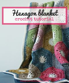 Crohet hexagon blanket: a step by step tutorial. Would you like to make a crochet hexagon blanket? Check out this free crochet pattern | Happy in Red