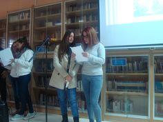 """Alumnas de 4º de ESO recitando el romance """"El rapto de Helena"""" inspirado en la tradición clásica."""