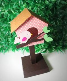 Casa de passarinho, pode ser usada como centro de mesa ou decoração na mesa principal ou auxiliar.  Feita em papel 180g    Altura total (base ao topo da casinha) 15cm