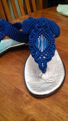 Sandalias artesanales de macrame Macrame Curtain, Macrame Bag, Macrame Knots, Micro Macrame, Crochet Sandals, Beaded Sandals, Crochet Shoes, Decorating Flip Flops, Macrame Design