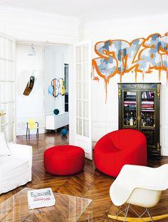 #excll #дизайнинтерьера #решения Граффити на этой  стене не совсем low cost, так как это работа известного уличного художника Brok, но можно воспользоваться идеей и сделать красивую роспись на стене или воспользоваться готовым винилом на стену.