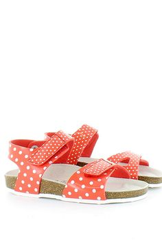 Sandalo in ecopelle con motivo a pois bianchi su fondo rosso, comoda chiusura a strappi, suola anatomica fusbet e fondo gomma. Un sandalo molto carino, fresco e divertente! Cosa aspetti! Buy them on: http://www.langolo-calzature.it/it/bambina/sandali-e-scarpe-aperte/sandalo-a-pois-con-suola-fusbet