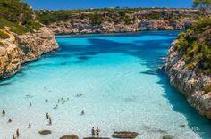 Caló des Moro situada al sur de la isla Mallorquina es una impresionante cala de aguas cristalinas que no te puedes perder.  https://www.escapadarural.com/que-hacer/santanyi/calo-des-moro/