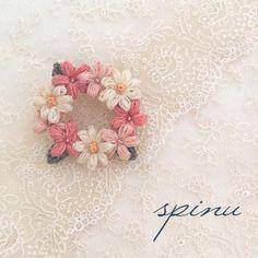 マーガレットと小花のブローチ pr