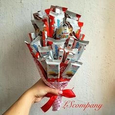 Sweet Bouquets Candy, Candy Bouquet Diy, Diy Bouquet, Food Bouquet, Candy Gift Baskets, Candy Gifts, Friend Birthday Gifts, Birthday Diy, Xmas Gifts