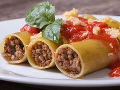 Canelones Rellenos de Carne | Los canelones son tubos de pasta que van rellenos. En esta receta los canelones van rellenos de carne y están cubiertos con una salsa cremosa de queso.