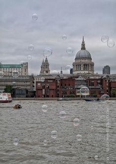 Seifenblasen im Wind...Soap Bubbles Party in London.
