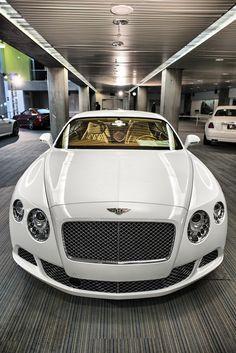 Bentley Continental GT.Luxury, amazing, fast, dream, beautiful,awesome, expensive, exclusive car. Coche negro lujoso, increible, rápido, guapo, fantástico, caro, exclusivo.