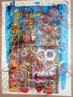 Richter et empreintes de ronds en petite section Le fond est réalisé avec de la peinture déposée en haut de la feuille et étirée vers le bas à l'aide d'une règle                                                                                                                                                                                 Plus