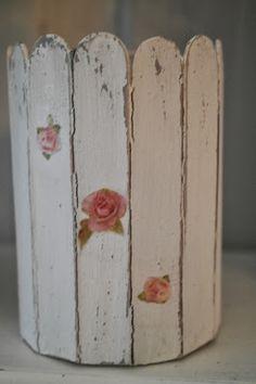 Hjerter og Hvite Liljer: Blomstervase av glass og trepinner