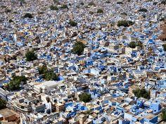 En el estado de Rayastán, Jodhpur está en medio de un paisaje desértico: custodiada por un gigantesco fuerte en un cerro a 125 m de altura, entre numerosos palacios y templos, posee además una paleta de tonos azules en las fachadas de casas y comercios, lo que la transforma en una ciudad caóticamente encantadora