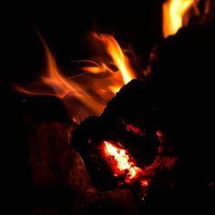 Deve ser comum fazer uma fogueira e sair um demônio!! #vsco #vscocam #photograph #photography #nikon #fire  #night #Lightroom #light #demon #dark #darkness
