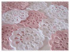 I love the cute pink bead in the center. Diy Crochet Doilies, Crochet Flower Patterns, Crochet Flowers, Crochet Hooks, Free Crochet, Knit Crochet, Knit Basket, Crochet World, Knitting Yarn
