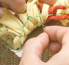 Volte arrematando pelo lado de dentro da trama Art Plastique, Lana, Macrame, Diy Crafts, Dollhouses, Montessori, Craft Ideas, Rugs, How To Make Crafts